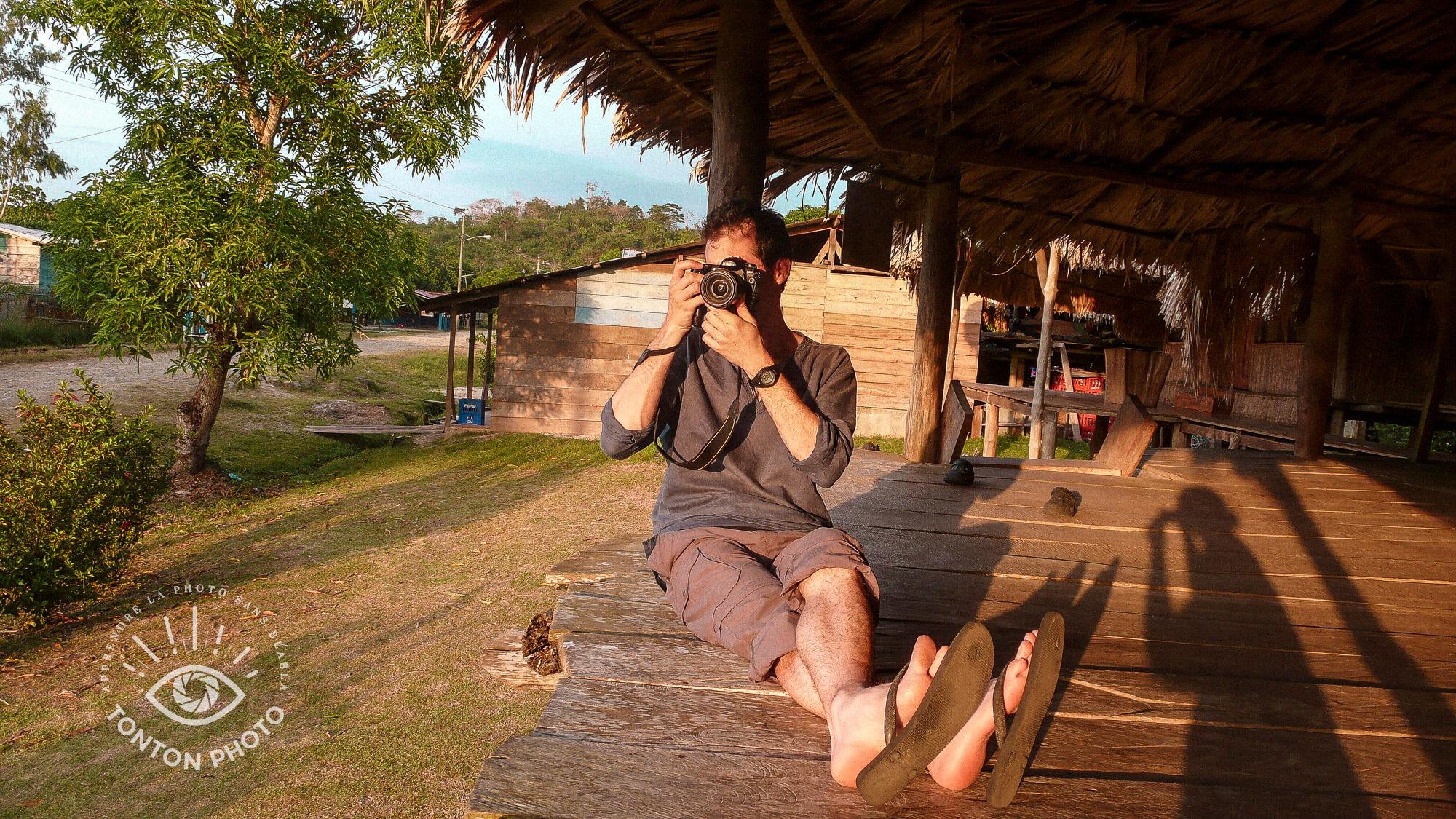 Clément Racineux, alias Tonton Photo, dans un village Wounaan (ethnie amérindienne) du Darién, au Panama.