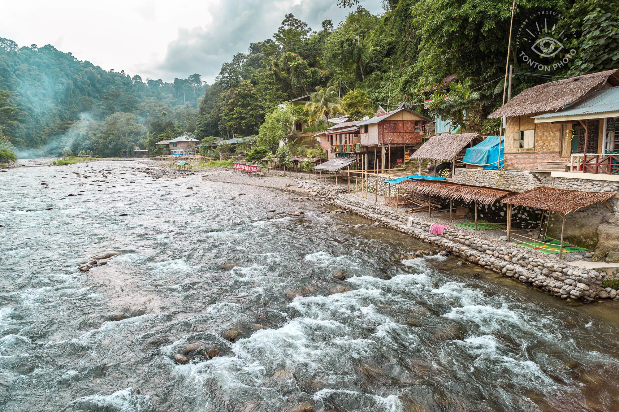Le village de Bukit Lawang, point de départ du trek d'observation des orang-outans dans le Parc National du Gunung Leuser. Île de Sumatra, Indonésie © Clément Racineux / Tonton Photo