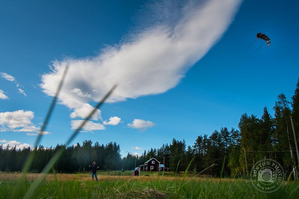 Séance cerf-volant dans une clairière au coeur de la taïga, chez Laponie Mush © Clément Racineux / Tonton Photo
