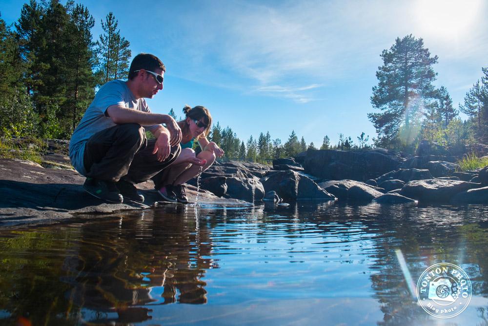 Stéphanie & Rémy, de Laponie Mush, en train de boire l'eau claire de la rivière. Laponie suédoise © Clément Racineux / Tonton Photo