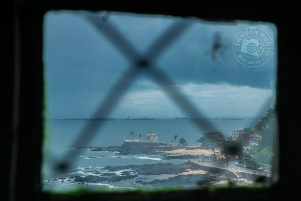Vue sur le fort Santa Maria depuis le célèbre phare de Barra (Farrol da Barra), plus vieux phare du continent américain ! Baia de Todos Os Santos, Salvador de Bahia, Brésil © Clément Racineux / Tonton Photo