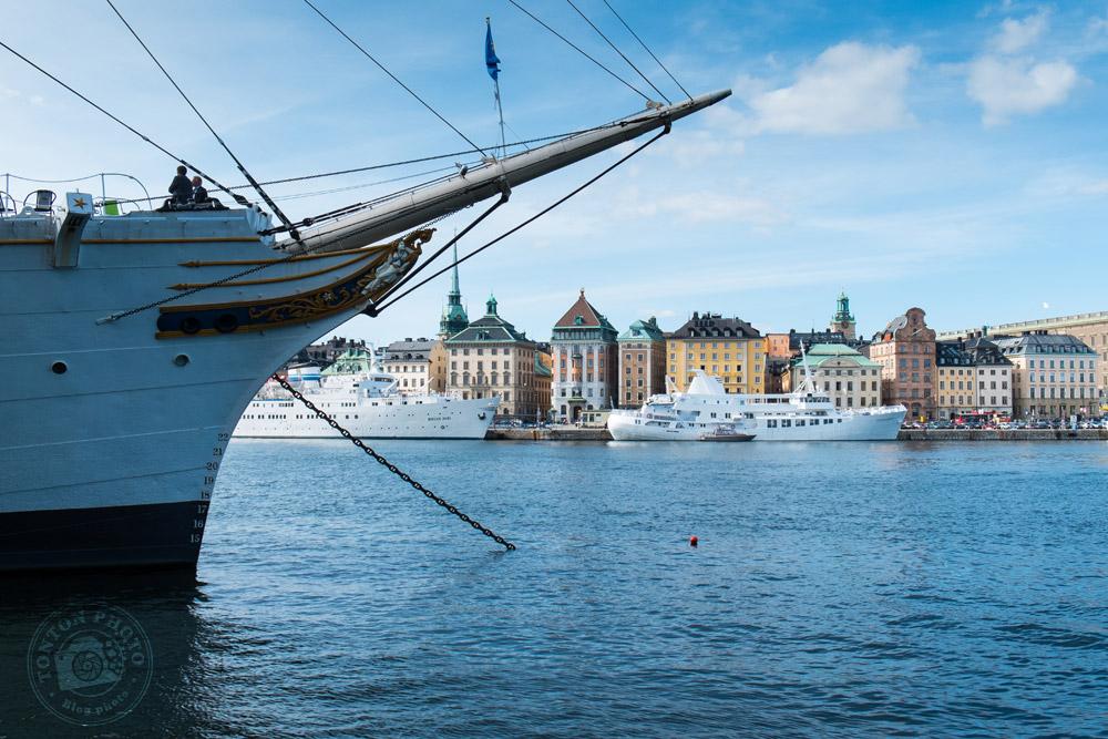 Le port de Stockholm compte quelques splendides bateaux... Au fond, le vieux quartier médiéval de Gamla Stan. Stockholm, Suède © Clément Racineux / Tonton Photo