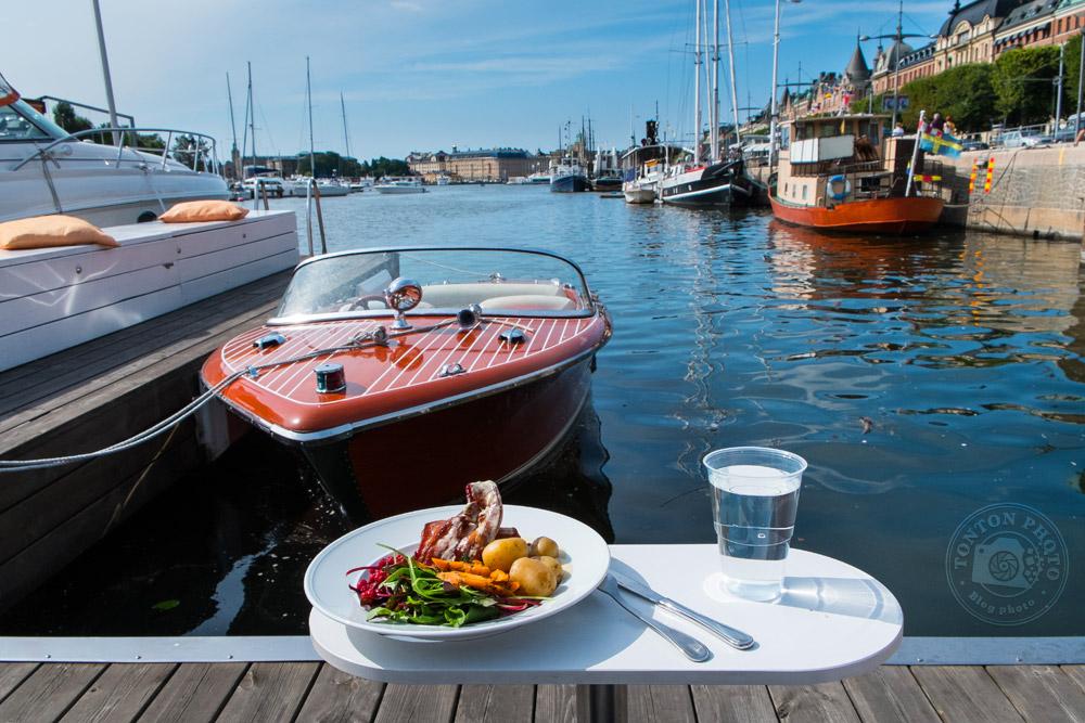 Pause déjeuner bien sympathique entre deux îles de l'archipel de Stockholm, en plein cœur de la capitale suédoise... © Clément Racineux / Tonton Photo