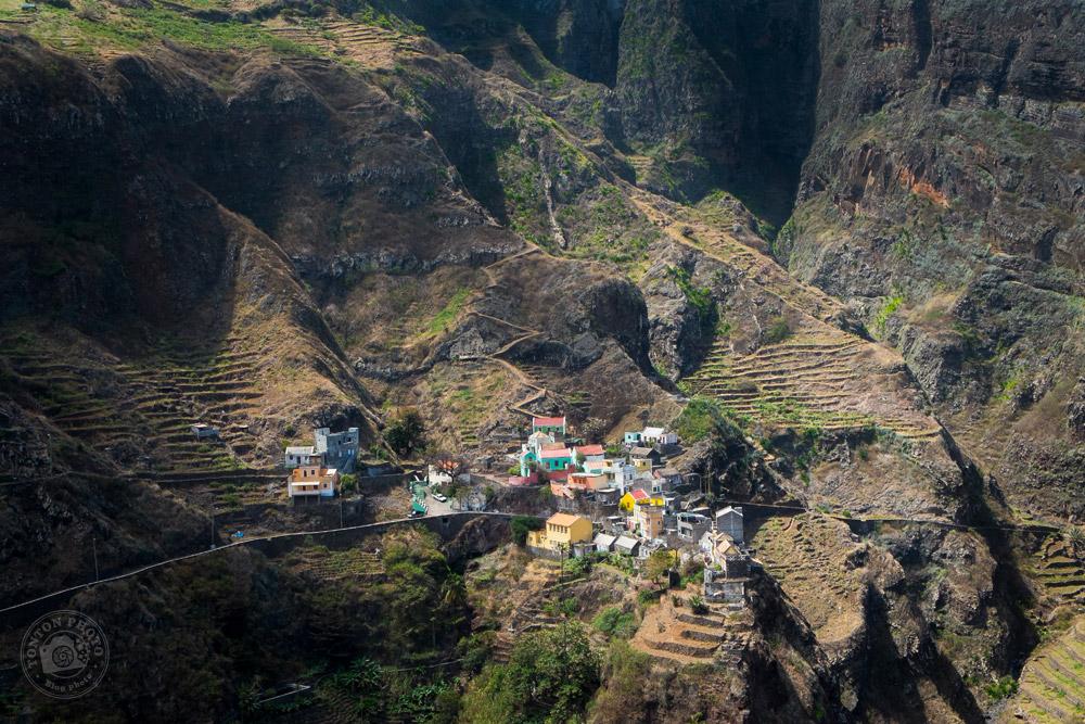 Vue spectaculaire sur le village de Fontainhas et ses cultures en terrasses, Santo Antão, Cap Vert © Clément Racineux / Tonton Photo