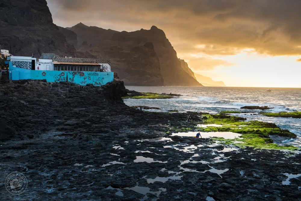 Ramasseur de coquillages au crépuscule, sur la grève de Ponta do Sol, Santo Antão, Cap Vert © Clément Racineux / Tonton Photo