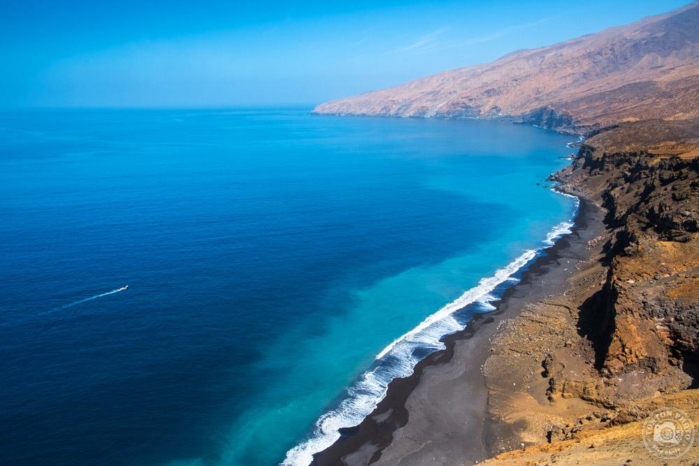 Les splendides couleurs de la rencontre entre désert minéral et océan... Entre Tarrafal et Monte Trigo, Santo Antão, Cap Vert © Clément Racineux / Tonton Photo