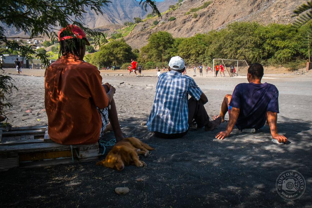 Pêcheurs assistant au match de foot local du vendredi, après le travail. Tarrafal de Monte Trigo, Santo Antão, Cap Vert © Clément Racineux / Tonton Photo