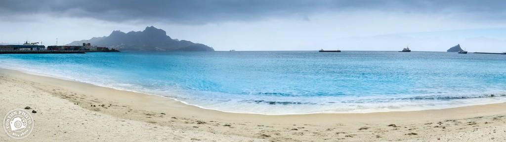 La plage de Laginha, en plein centre-ville de Mindelo, entre port et centrale électrique, île de São Vicente, Cap Vert © Clément Racineux / Tonton Photo