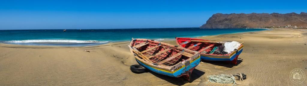 La plage du petit village de pêcheurs de São Pedro, au bout de la piste d'aéroport de l'île de São Vicente, Cap Vert © Clément Racineux / Tonton Photo
