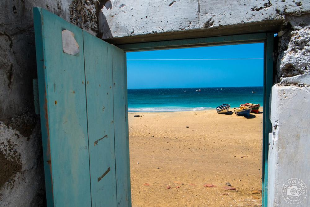 Vue depuis une maison de pêcheurs, village de São Pedro, au bout de la piste d'aéroport de l'île de São Vicente, Cap Vert © Clément Racineux / Tonton Photo