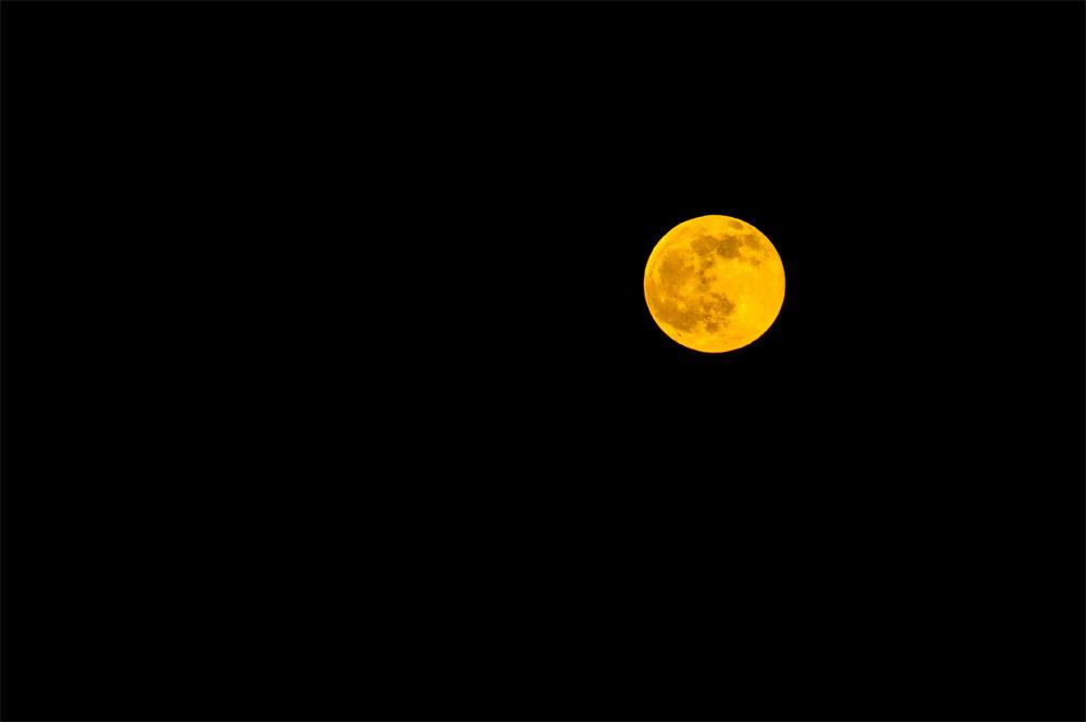 Lune rousse photographiée avec le Samyang 500mm – F/5,6 – 1/125 – ISO 200 © Clément Racineux / Tonton Photo