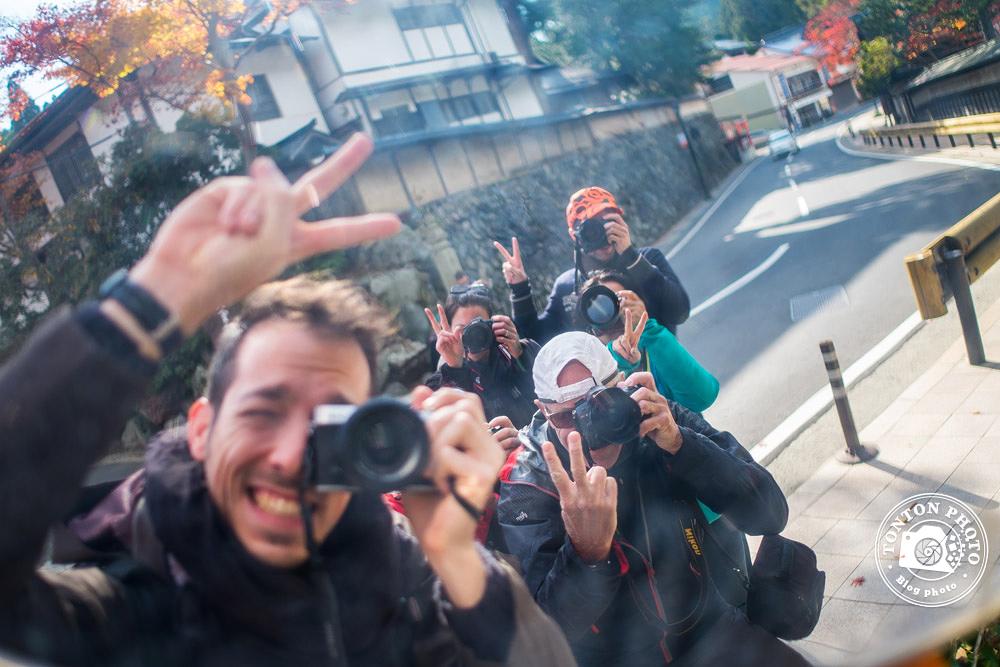 Photo de groupe prise dans un miroir de circulation routière, Koyasan, Japon © Clément Racineux / Tonton Photo