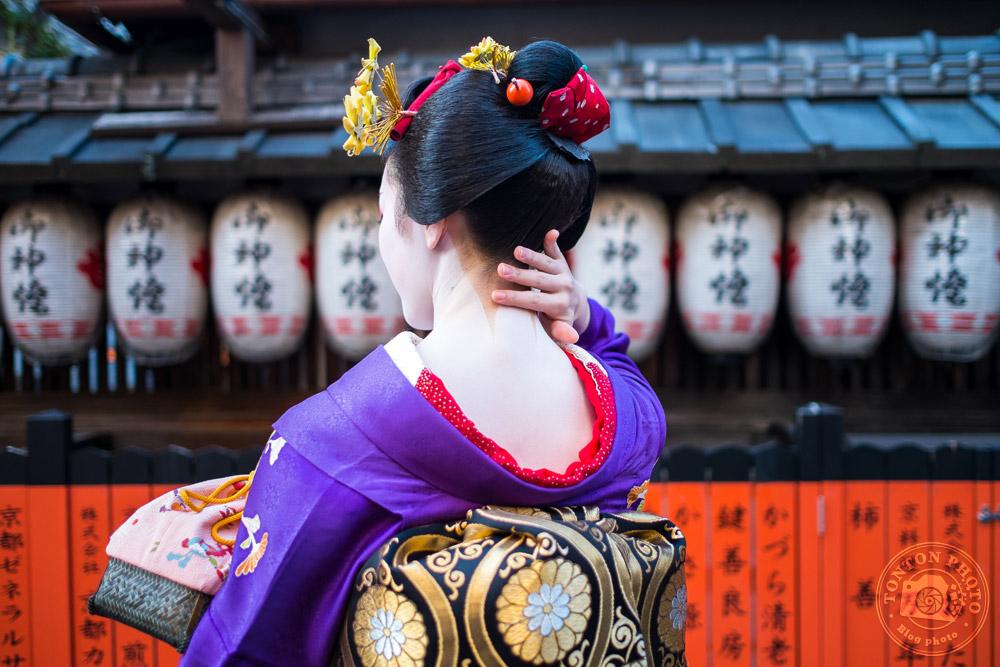 Geisha dans ses apparats. Quartier de Gion, Kyoto, Japon © Clément Racineux / Tonton Photo