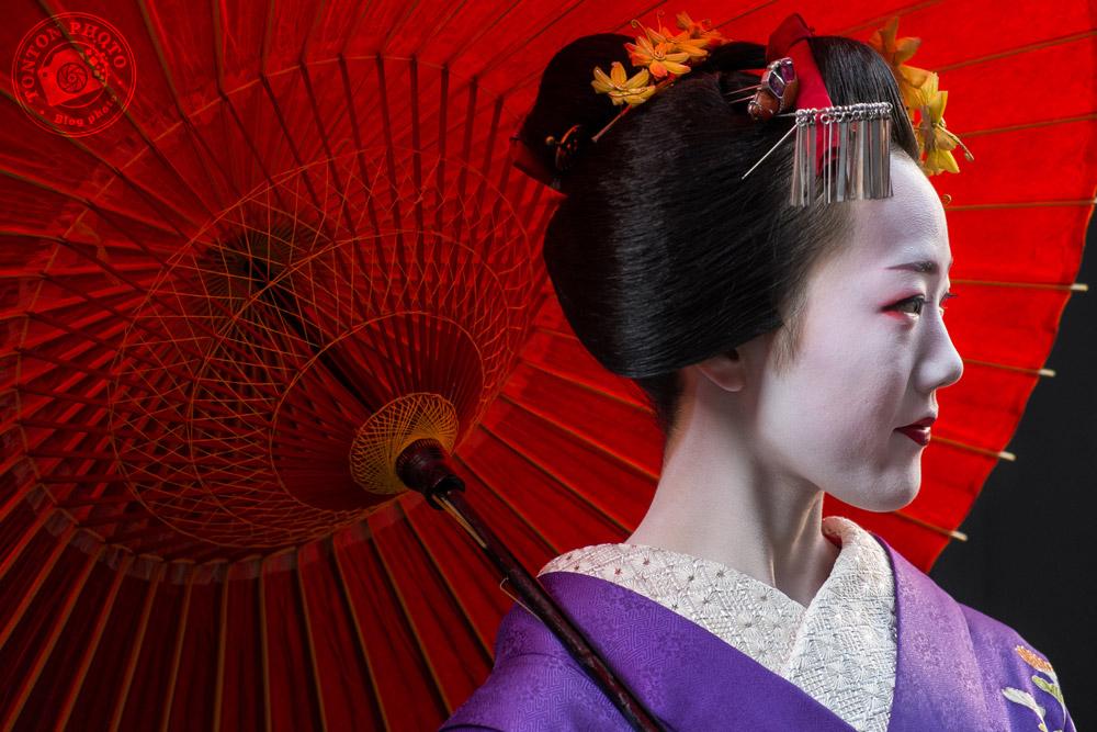 Geisha et son ombrelle. Quartier de Gion, Kyoto, Japon © Clément Racineux / Tonton Photo