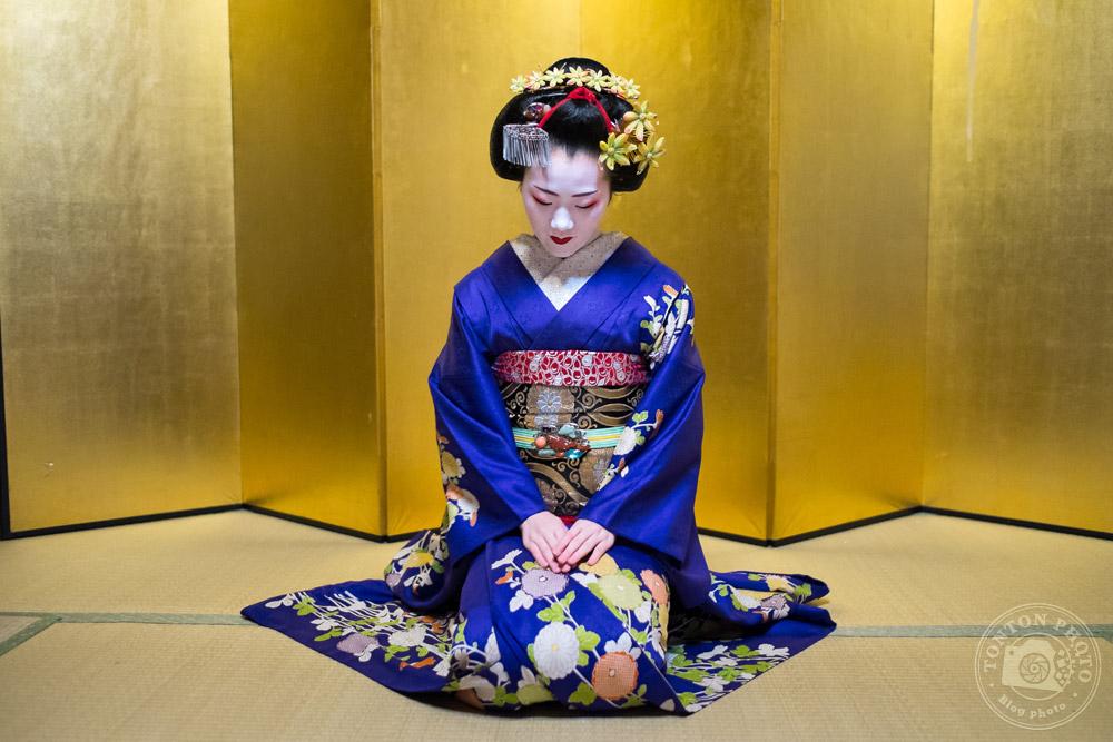 Geisha dans ses appartements, se préparant pour la cérémonie du thé. Quartier de Gion, Kyoto, Japon © Clément Racineux / Tonton Photo