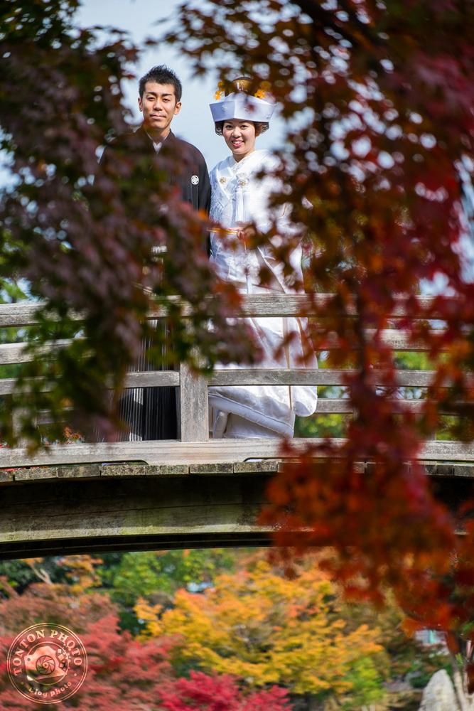 Jeunes mariés pendant leur séance photo traditionnelle sous les couleurs d'automne. Jardins de Genkuyen, Hikone, Japon © Clément Racineux / Tonton Photo