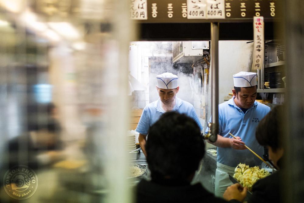 Petit restaurant étroit dans les ruelles du quartier de Shinjuku à la nuit tombée, Tokyo, Japon © Clément Racineux / Tonton Photo
