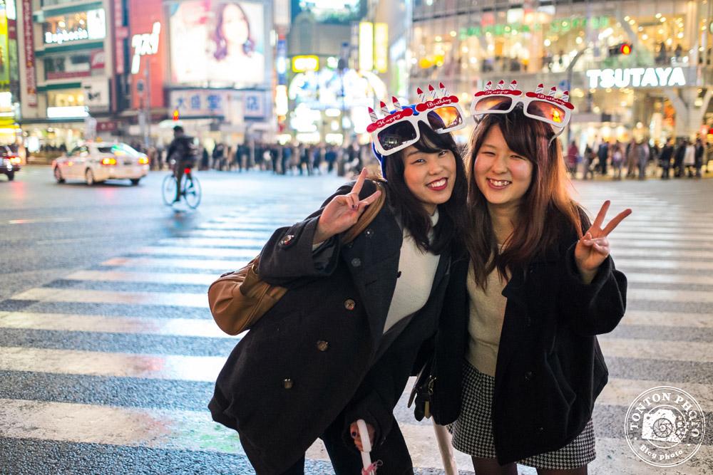 Jeunes japonaises joyeusement alcoolisées à la sortie d'une soirée d'anniversaire ;) Shibuya, Tokyo, Japon © Clément Racineux / Tonton Photo
