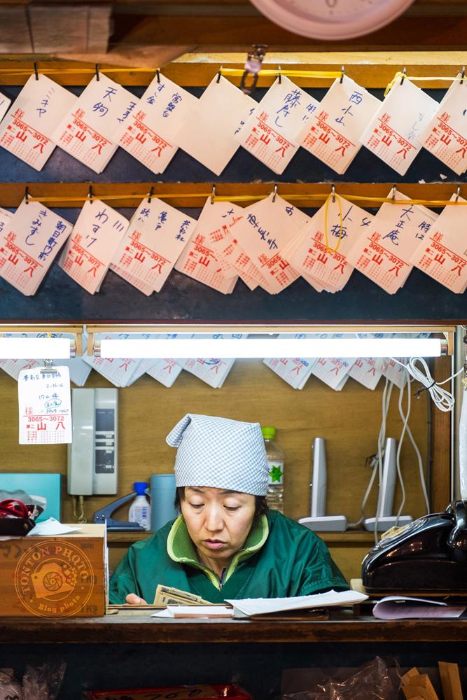 Sur le plus gros marché de gros au monde pour les poissons et fruits de mer : Tsukiji. Tokyo, Japon © Clément Racineux / Tonton Photo