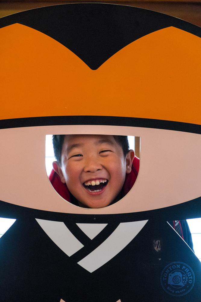 Gamin prenant la pose dans la mascotte de Koyasan, Japon © Clément Racineux / Tonton Photo