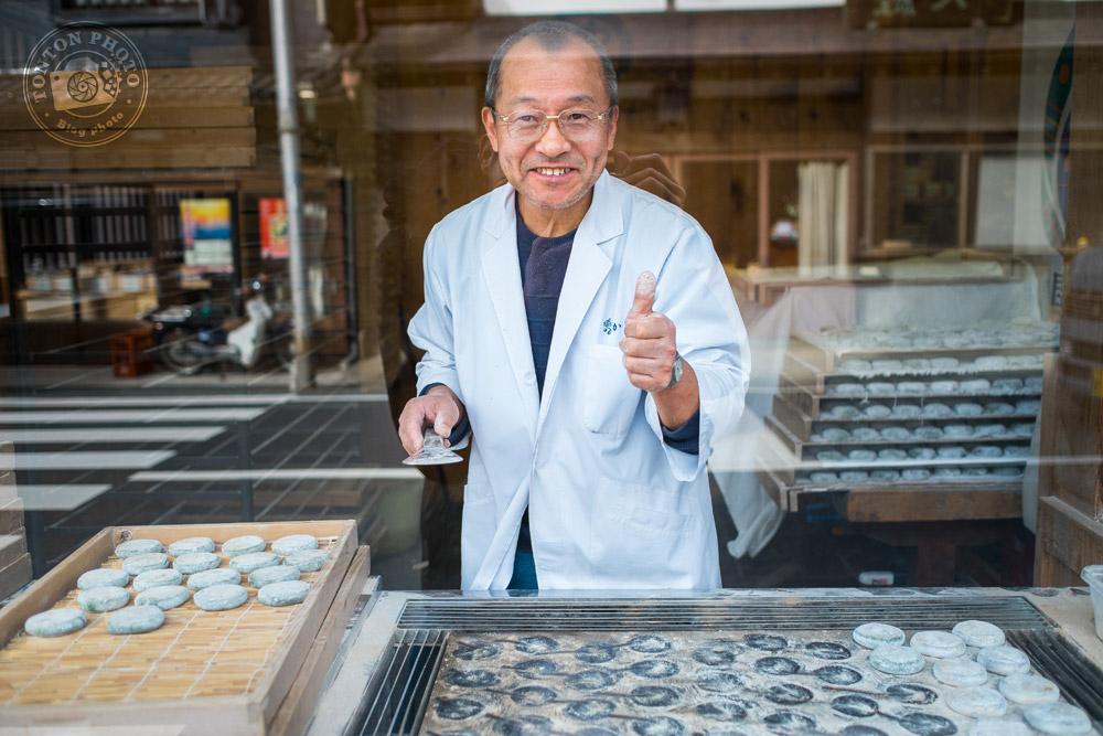 Portrait de pâtissier à travers la vitrine, Koyasan, Japon © Clément Racineux / Tonton Photo