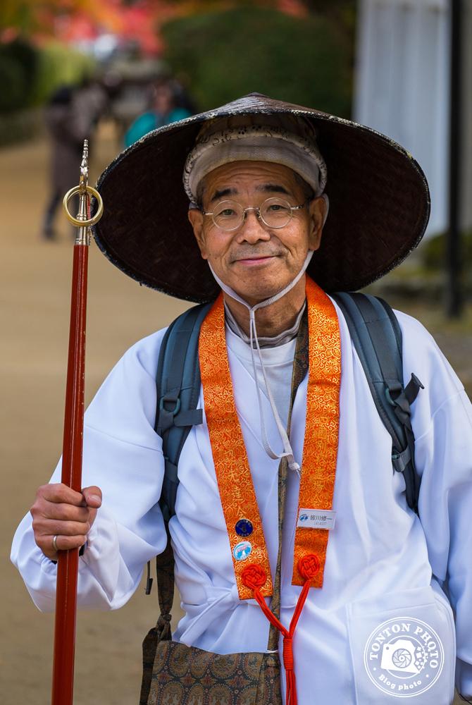 Pélerin réalisant le pélerinage des 88 temples de Shinkoku. Temple Konpondaito, Koyasan, Japon © Clément Racineux / Tonton Photo