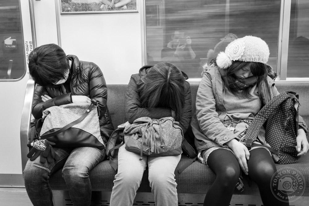 Voyageurs endormis dans le train de Nara, Japon © Clément Racineux / Tonton Photo