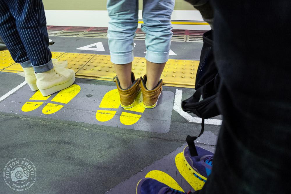 Au Japon, pays très ordonné et très civique, on fait sagement la queue devant chaque porte de wagon en attendant le train ou le métro. Nara, Japon © Clément Racineux / Tonton Photo