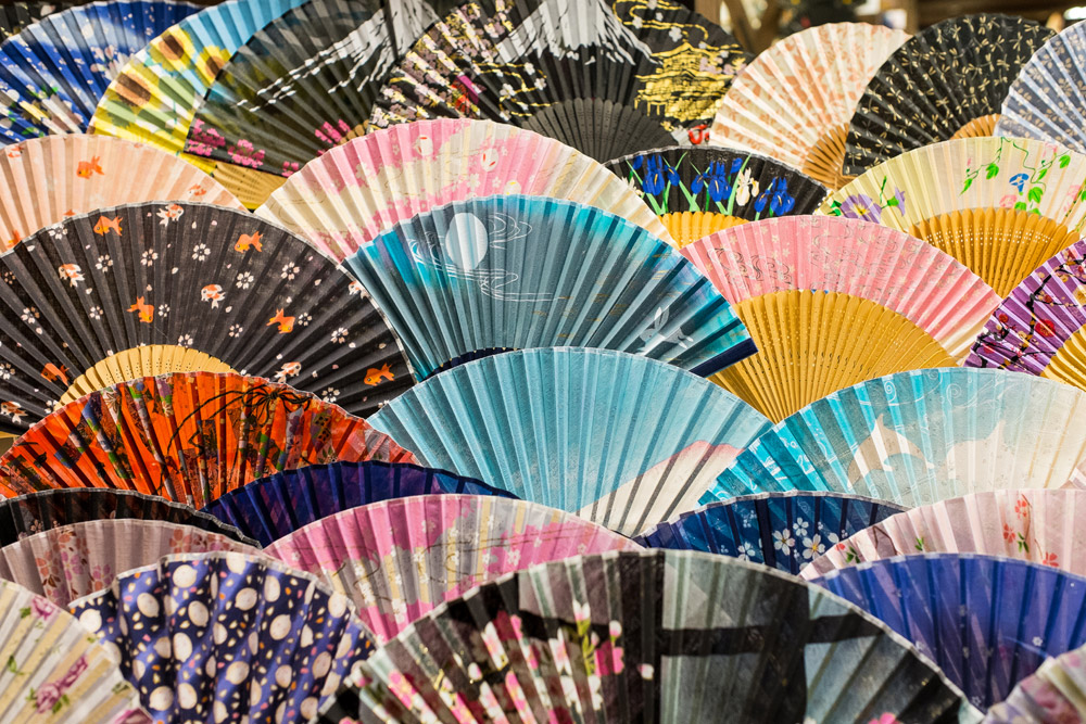 Le graphisme des étals d'un vendeur d'éventails, Kyoto, Japon © Clément Racineux / Tonton Photo