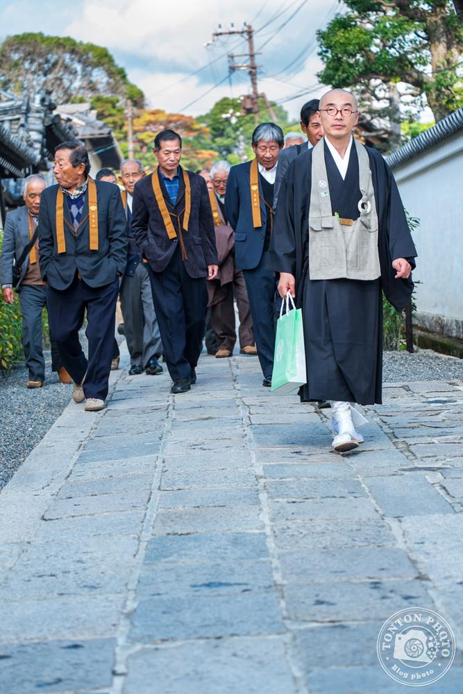 Moine et hommes d'affaires à la sortie d'un monastère zen, Kyoto, Japon © Clément Racineux / Tonton Photo