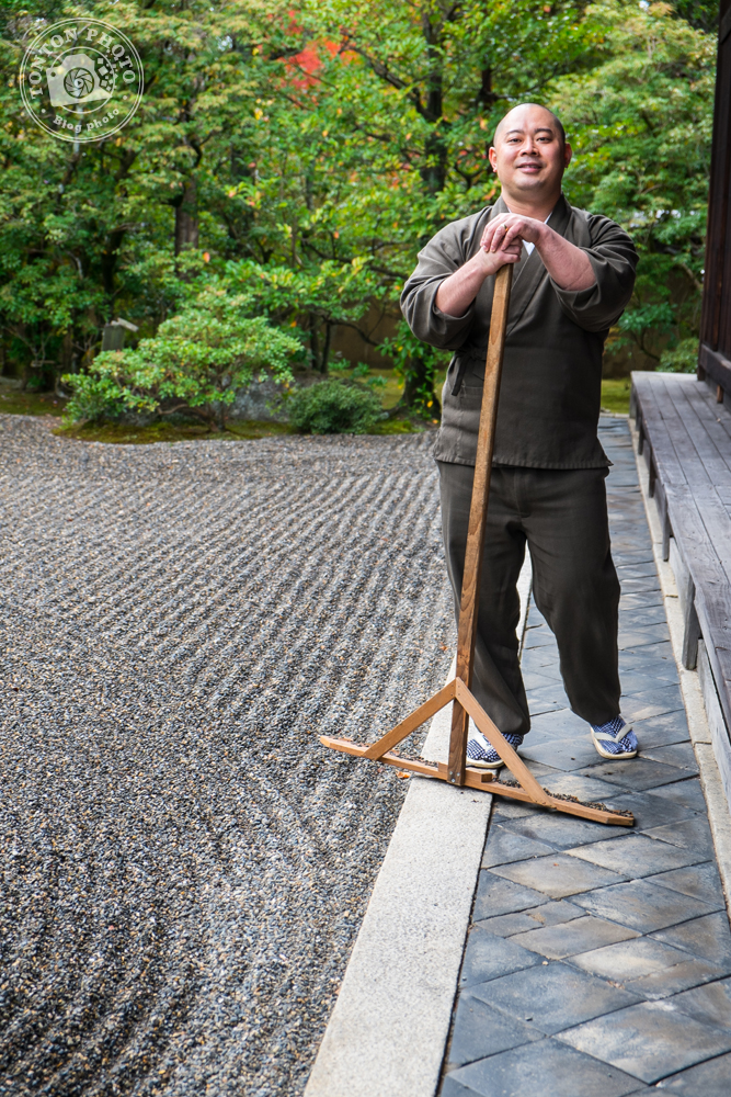 Moine bouddhiste en train de ratisser son jardin zen. Monastère Shunko-In, Kyoto, Japon © Clément Racineux / Tonton Photo
