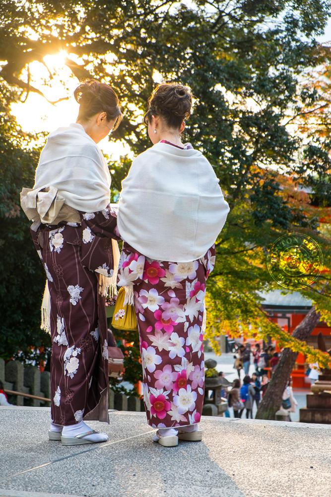 Femmes en kimono dans le sanctuaire Fushimi Inari Taisha, Kyoto, Japon  © Clément Racineux / Tonton Photo