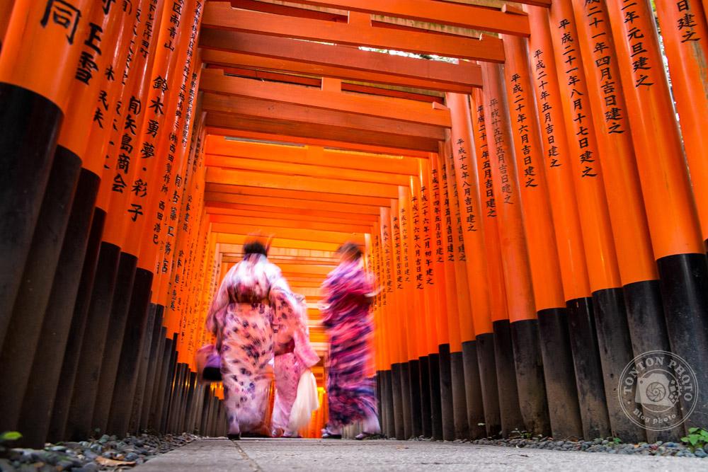 Femmes en kimono dans les fameux torii du sanctuaire Fushimi Inari Taisha, Kyoto, Japon  © Clément Racineux / Tonton Photo