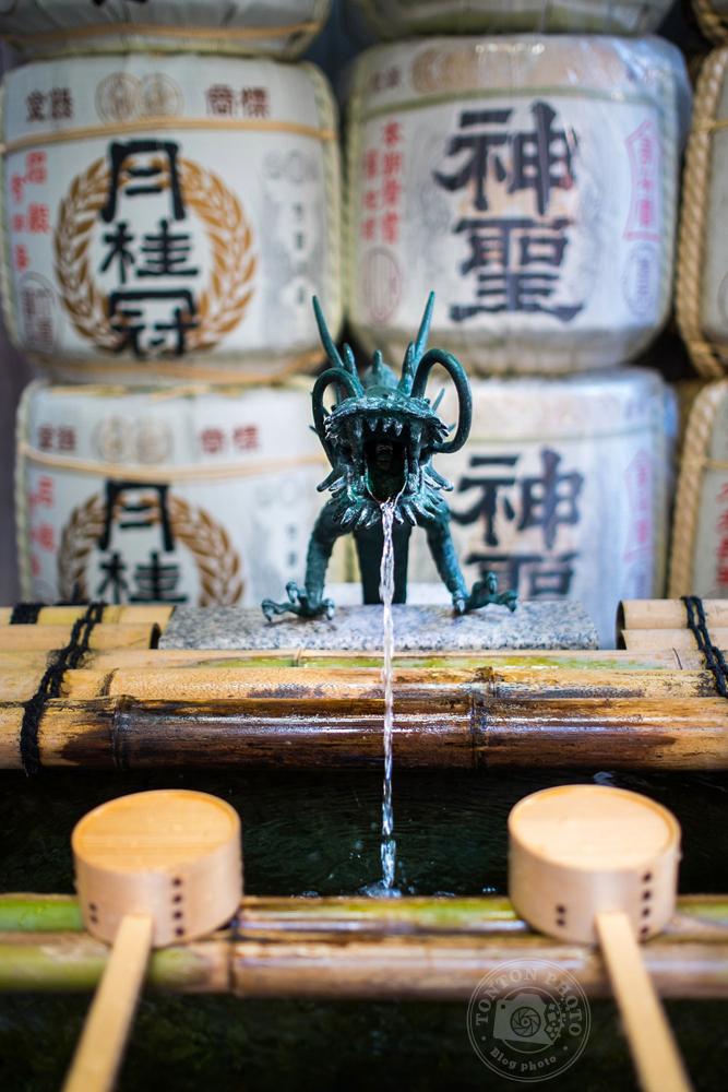 Fontaine servant aux ablutions à l'entrée d'un temple shinto au coeur de Kyoto, Japon © Clément Racineux / Tonton Photo
