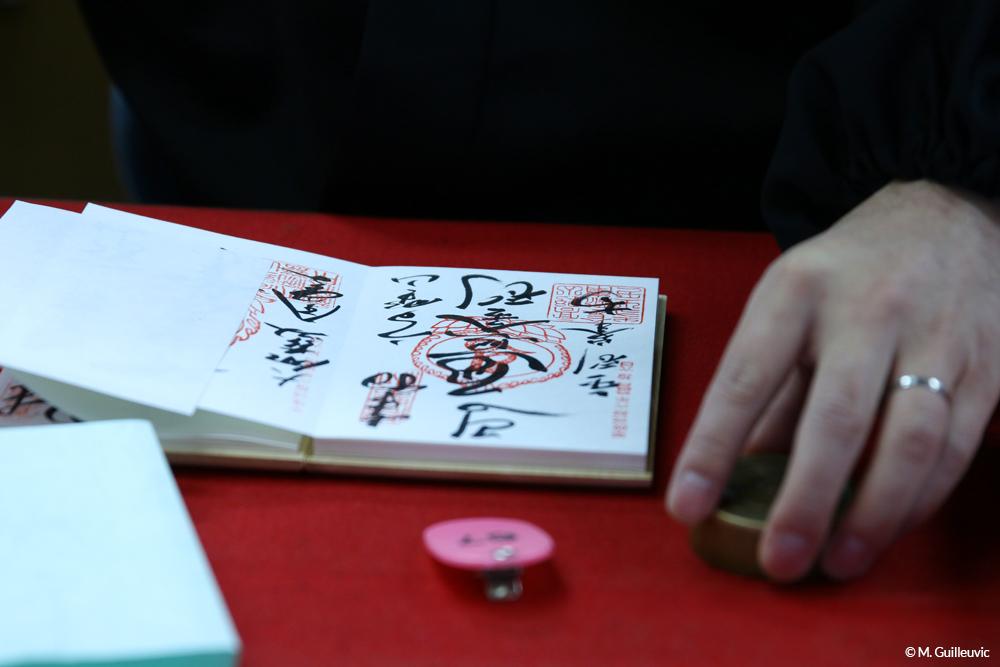 Dans chaque étape du pélerinage des 88 temples de l'île de Shinkoku, les pélerins font tamponner leur carnet comme preuve de leur passage. Koyasan, Japon © M. Guilleuvic
