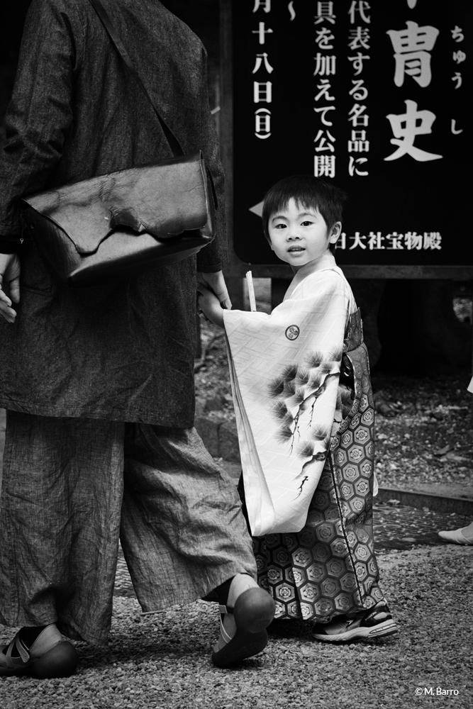 Jeune enfant se rendant, endimanché, à une cérémonie shinto dans le temple Kasuga-Taisha de Nara, Japon © M. Barro
