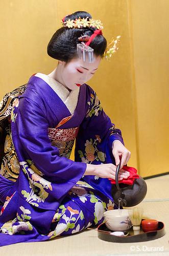 Geisha procédant à la cérémonie du thé. Quartier de Gion, Kyoto, Japon © S. Durand