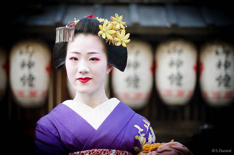 Geisha devant des lampions dans le quartier de Gion, Kyoto, Japon © S. Durand