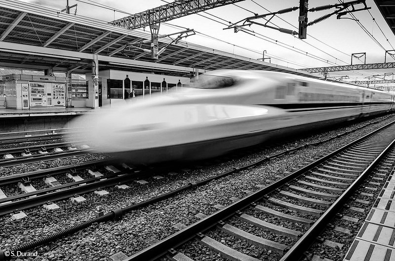 Attention au coup de vent, passage du Shinkansen ! Japon © S. Durand