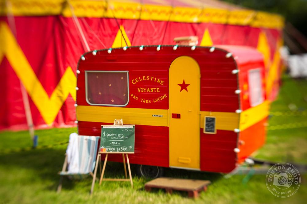 Caravane de voyante au cirque (notez le bokeh à droite de la caravane). Nikon D3s et Lensbaby Spark 50mm - F/5.6 - 1/640 - ISO 200  © Clément Racineux / Tonton Photo