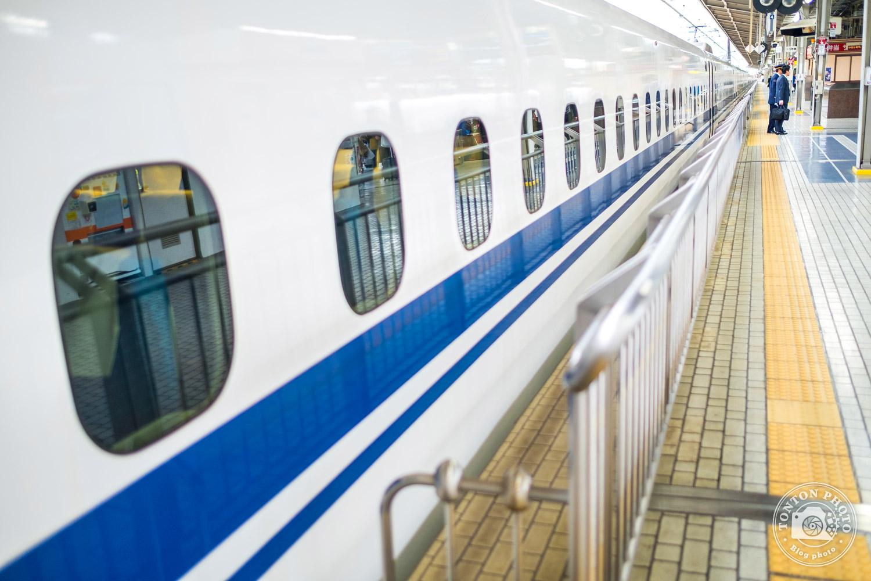 Entrée en gare du fameux Shinkansen, le train rapide japonais, toujours à l'heure ! Osaka, Japon © Clément Racineux / Tonton Photo