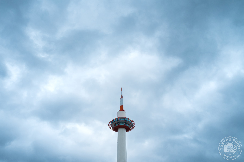 La Kyoto Tower vue depuis la gare de Kyoto, Japon © Clément Racineux / Tonton Photo