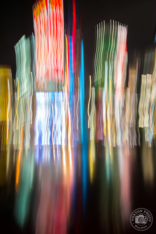 Photo de nuit et pose longue avec mouvement vertical. Quartier de Shinjuku, Tokyo, Japon © Clément Racineux / Tonton Photo
