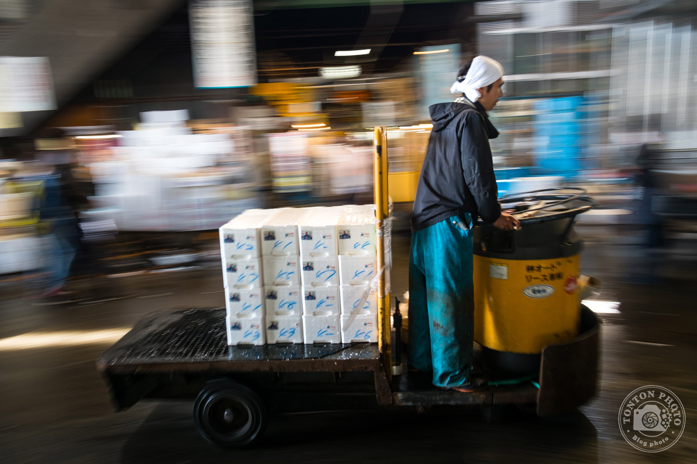 Technique du filé pour photographier la circulation des engins de transport de marchandises sur le marché aux poissons et fruits de mer de Tsukiji, Tokyo, Japon © Clément Racineux / Tonton Photo