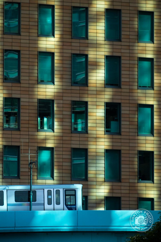 Architecture, train et jeu de lumières dans le quartier d'affaires de Shiodome, Tokyo, Japon © Clément Racineux / Tonton Photo
