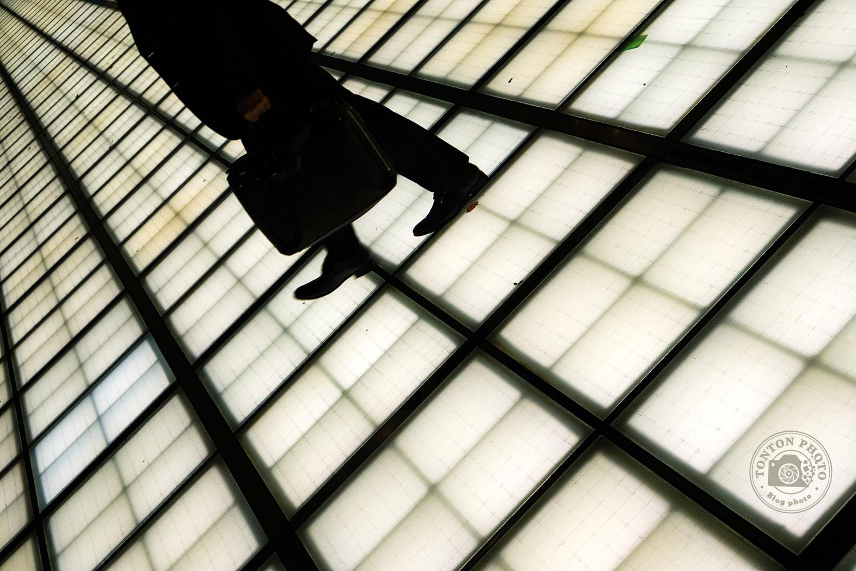 Jeu d'ombres et de lumières au Forum International de Tokyo, dans le quartier de Marunouchi, Japon © Clément Racineux / Tonton Photo