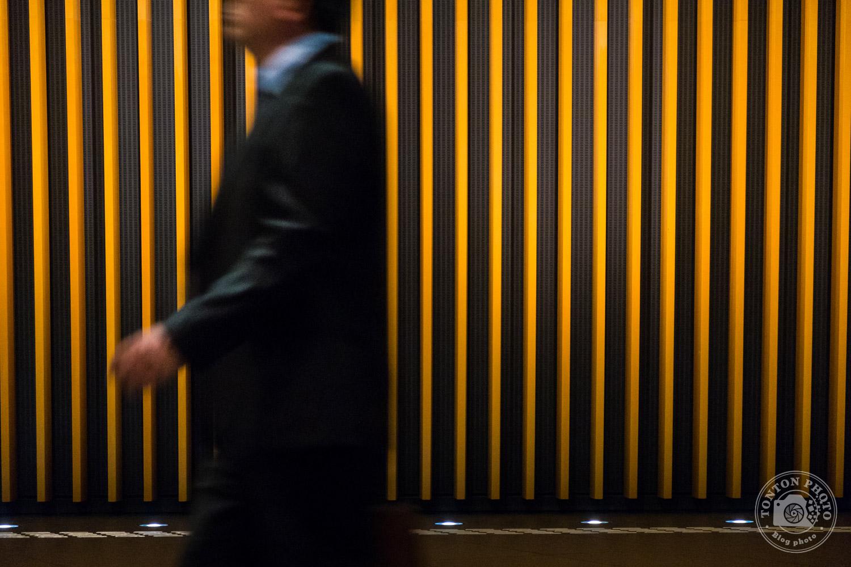 Ombres, lumières, lignes graphiques et légère pose longue au Forum International de Tokyo, dans le quartier de Marunouchi, Japon © Clément Racineux / Tonton Photo