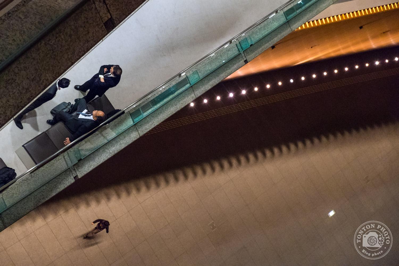 Photo d'architecture en jouant avec les lignes dans le Forum International de Tokyo, dans le quartier de Marunouchi, Japon © Clément Racineux / Tonton Photo