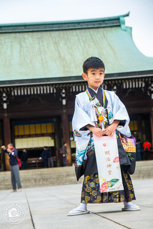 Jeune shintoïste en tenue traditionnelle dans le sanctuaire Meiji, quartier d'Harajuku, Tokyo, Japon © Clément Racineux / Tonton Photo