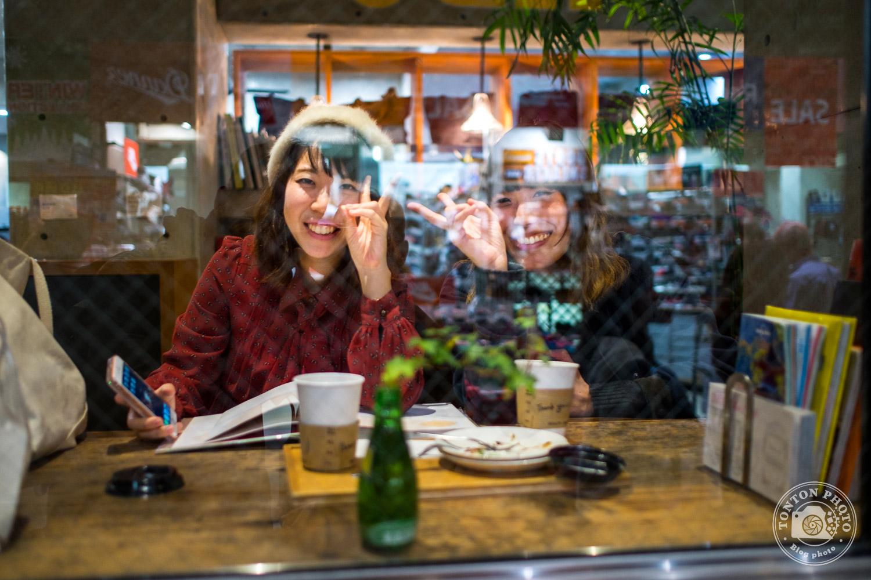 Jeunes japonaises sympathiques dans un café de Kyoto, Japon © Clément Racineux / Tonton Photo